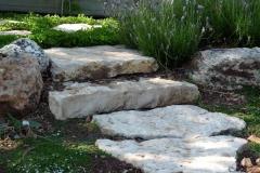 גינה בצל אלונים -  מדרגות אבן בצל האלונים בין הטראסות