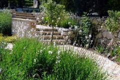 גינה בצל אלונים - מדרגות חדשות לכניסה למגרש