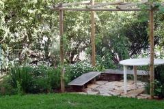עיצוב גינת כרמל ישראלית - באביב-סוכת-גפנים-ומדשאה-