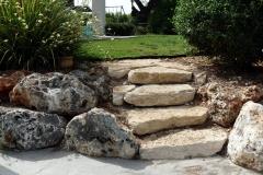 עיצוב גינה מיוחדת - מדרגות אבן מהחניה לגינה
