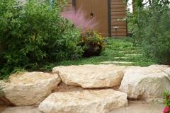 גינה קטנה בשרון - מדרגות-סלע