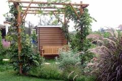 ספסל-מתחת-לסוכת-הגפנים-בגינה