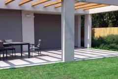 עיצוב-גינה-מודרנית-דשא-וצמחיה-במראה-טבעי-2