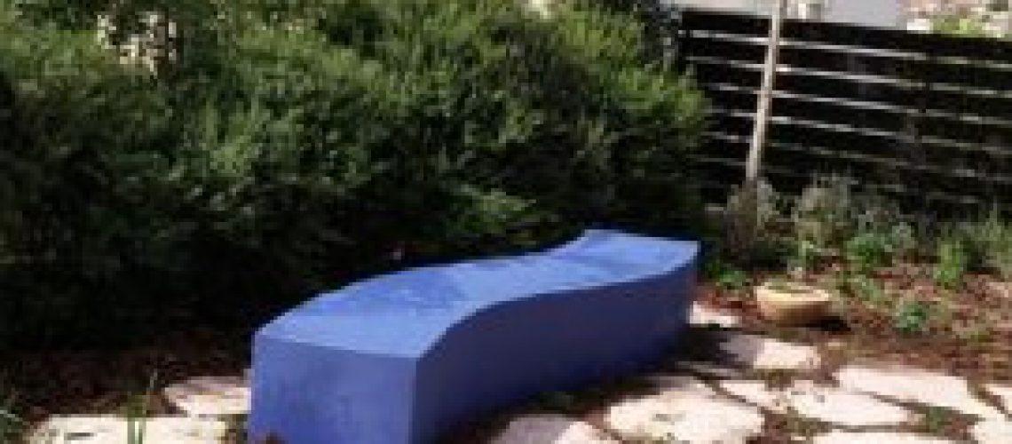 ספסל כחול בגינה קטנה